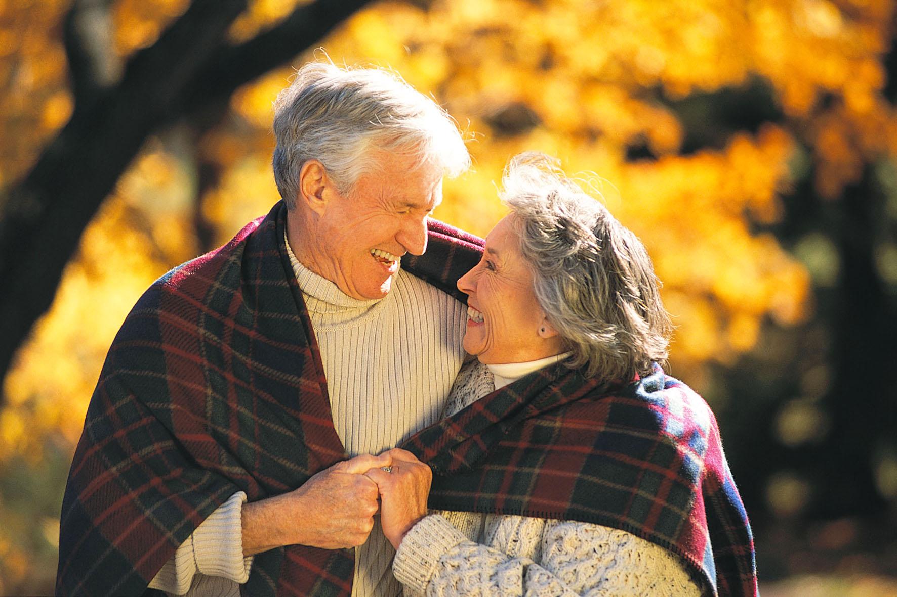 пожилая пара занимаются любовью