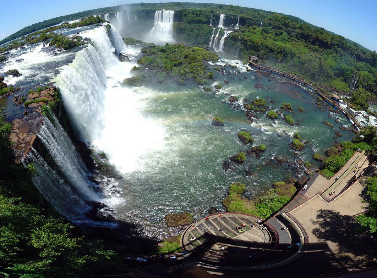 Красивый мощный водопад Игуасу