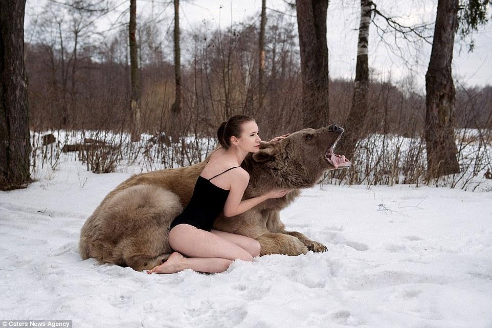 фотосессия девушек в объятиях медведя