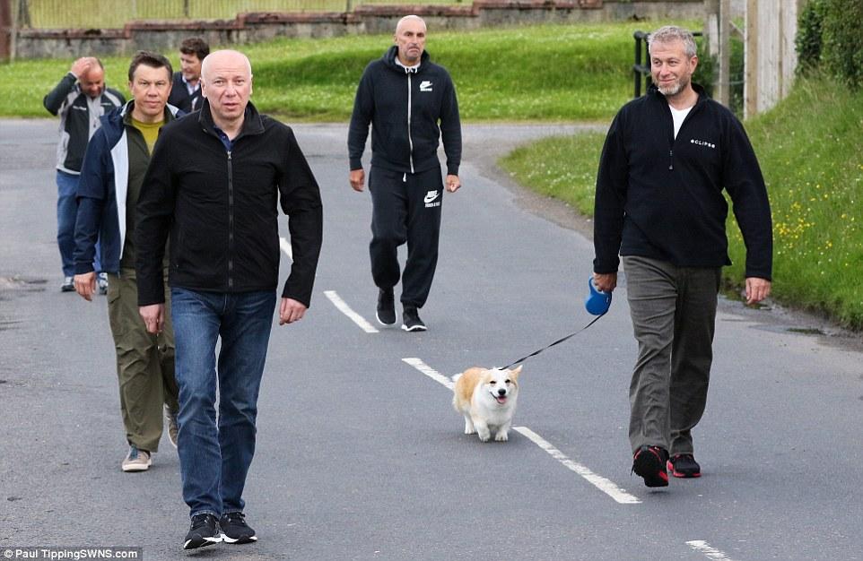 Абрамович выгуливает собачку