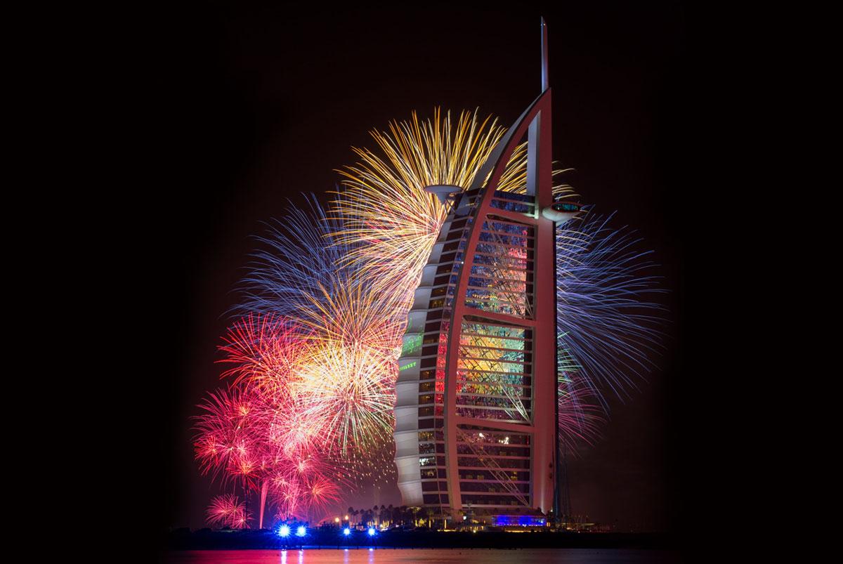 новогодняя красота фейерверков в Дубае