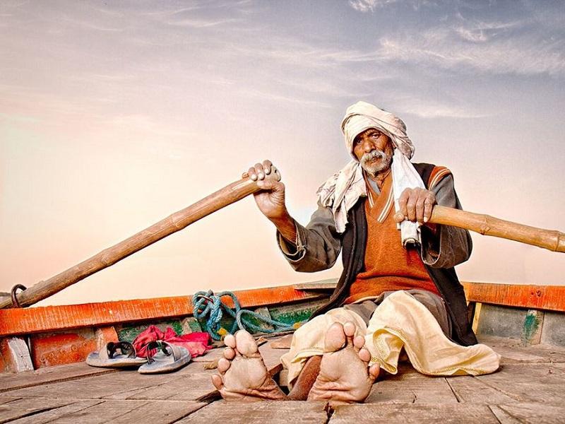 Лодочник на индийской реке Ямуна