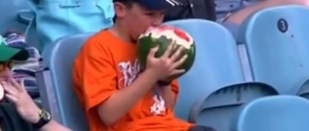Неуемный аппетит мальчика бьет рекорды популярности