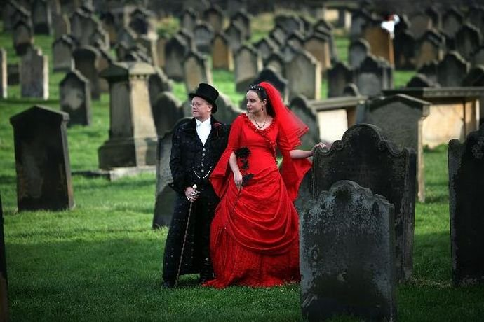Свадьба в духе графа Дракулы на кладбище