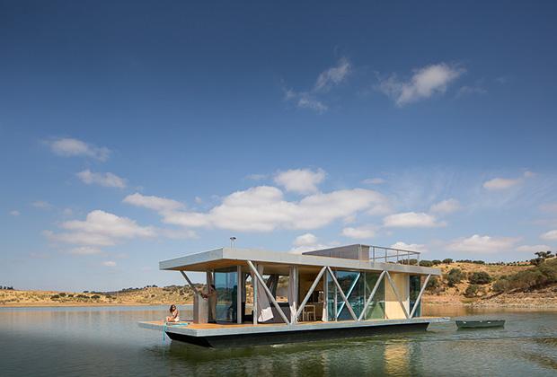 оригинальный плавучий дом