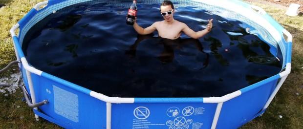 Ошеломляющий успех бассейна с кока-колой