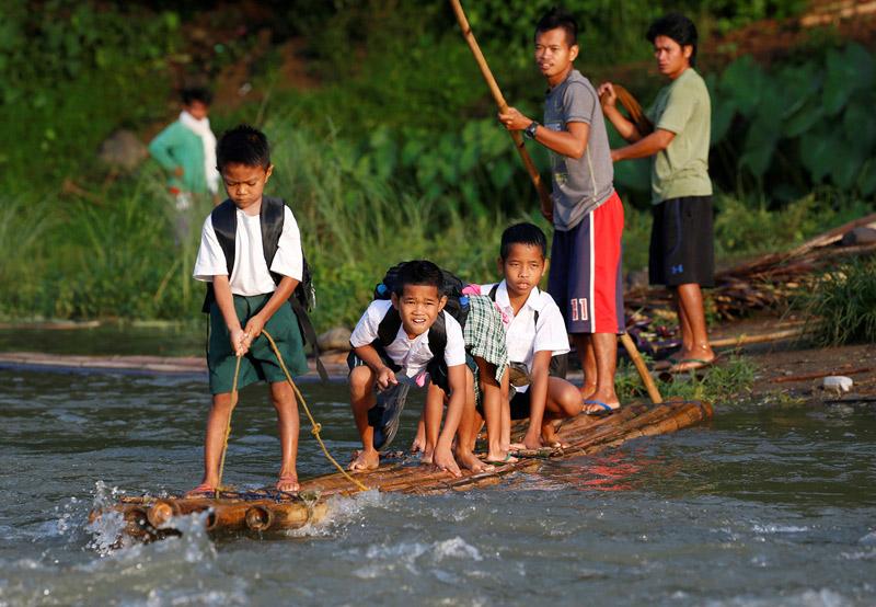 Вот какая тяга к знаниям у филиппинцев - в школу можно попасть только по воде