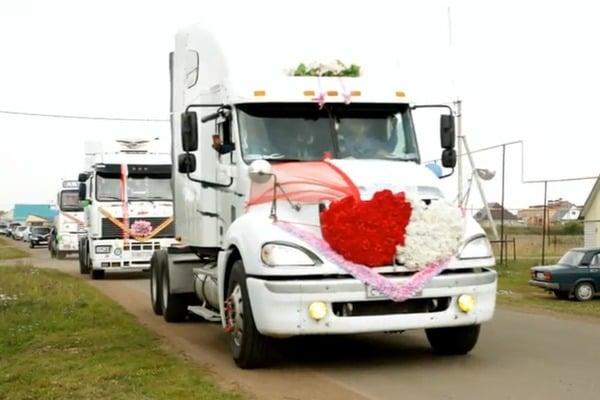 необычный свадебный кортеж из грузовиков