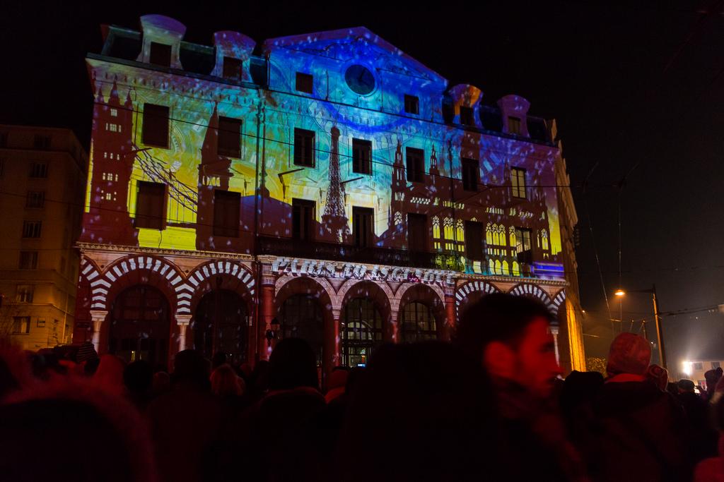 яркие огни на празднике света в Лионе
