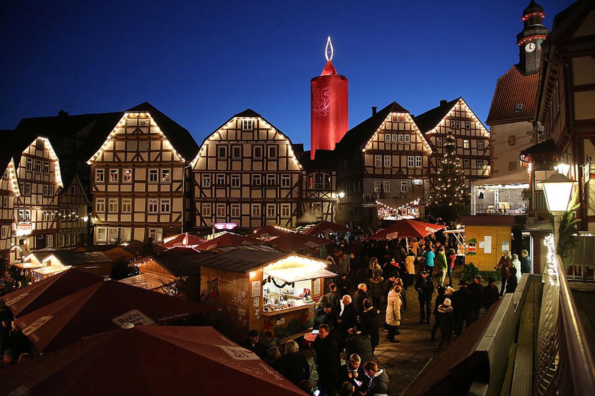 Рождественскую ярмарку в немецком Шпице увенчала самая большая свеча