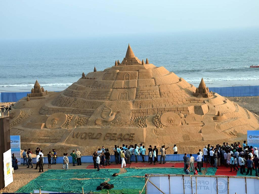 В Индии возвели самый высокий замок из песка