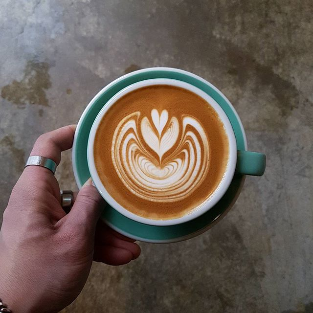 бариста Канбину Ли рисунок на кофе