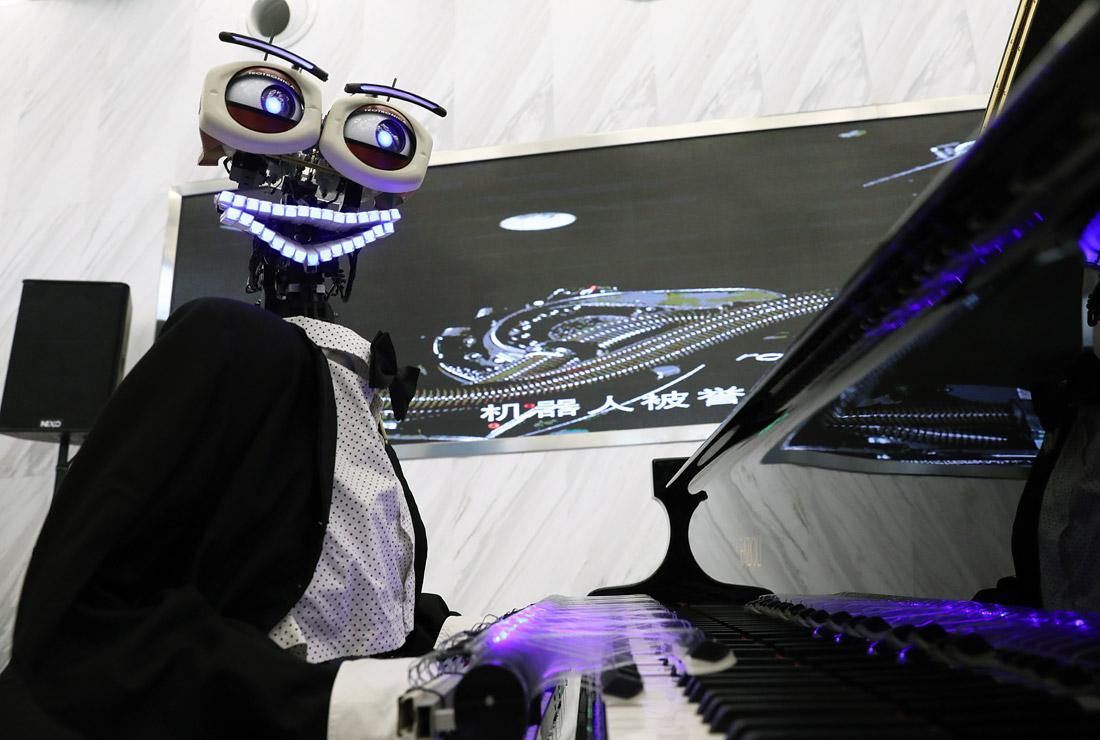 И роботы иногда улыбаются - на Всемирной конференции робототехники в Пекине
