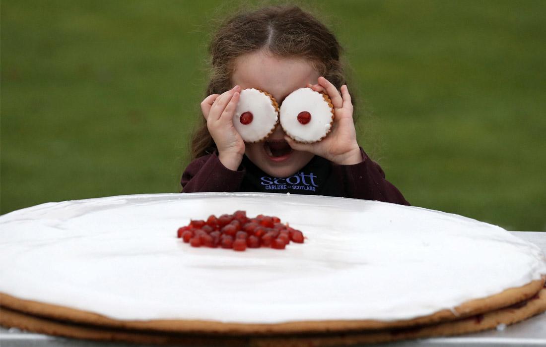 В Шотландии испекли самое большое печенье Empire biscuit
