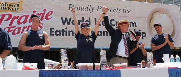 Победительница конкурса по поеданию мороженого съела 8 литров лакомства