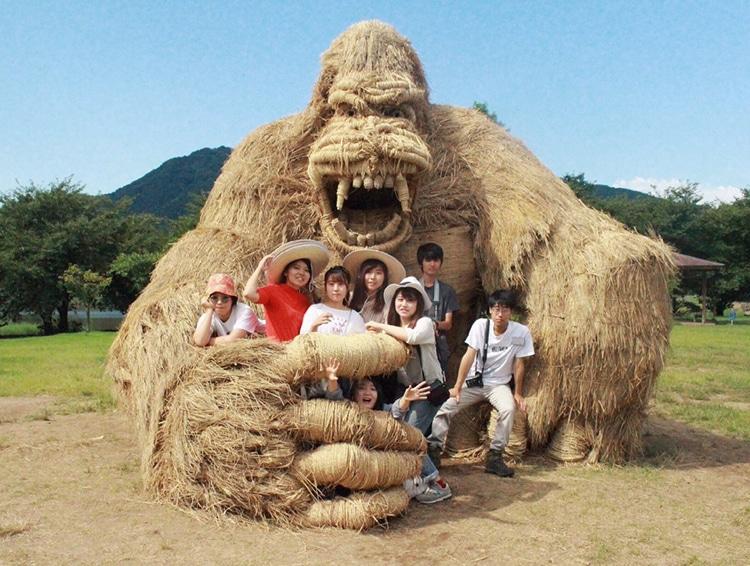 скульптуры животных из соломы
