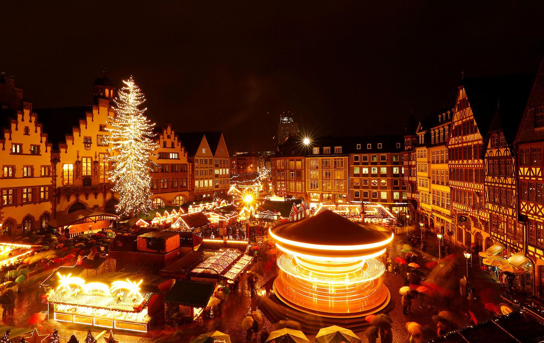Во Франкфурте открылась традиционная рождественская ярмарка. Фото REUTERS/Kai Pfaffenbach