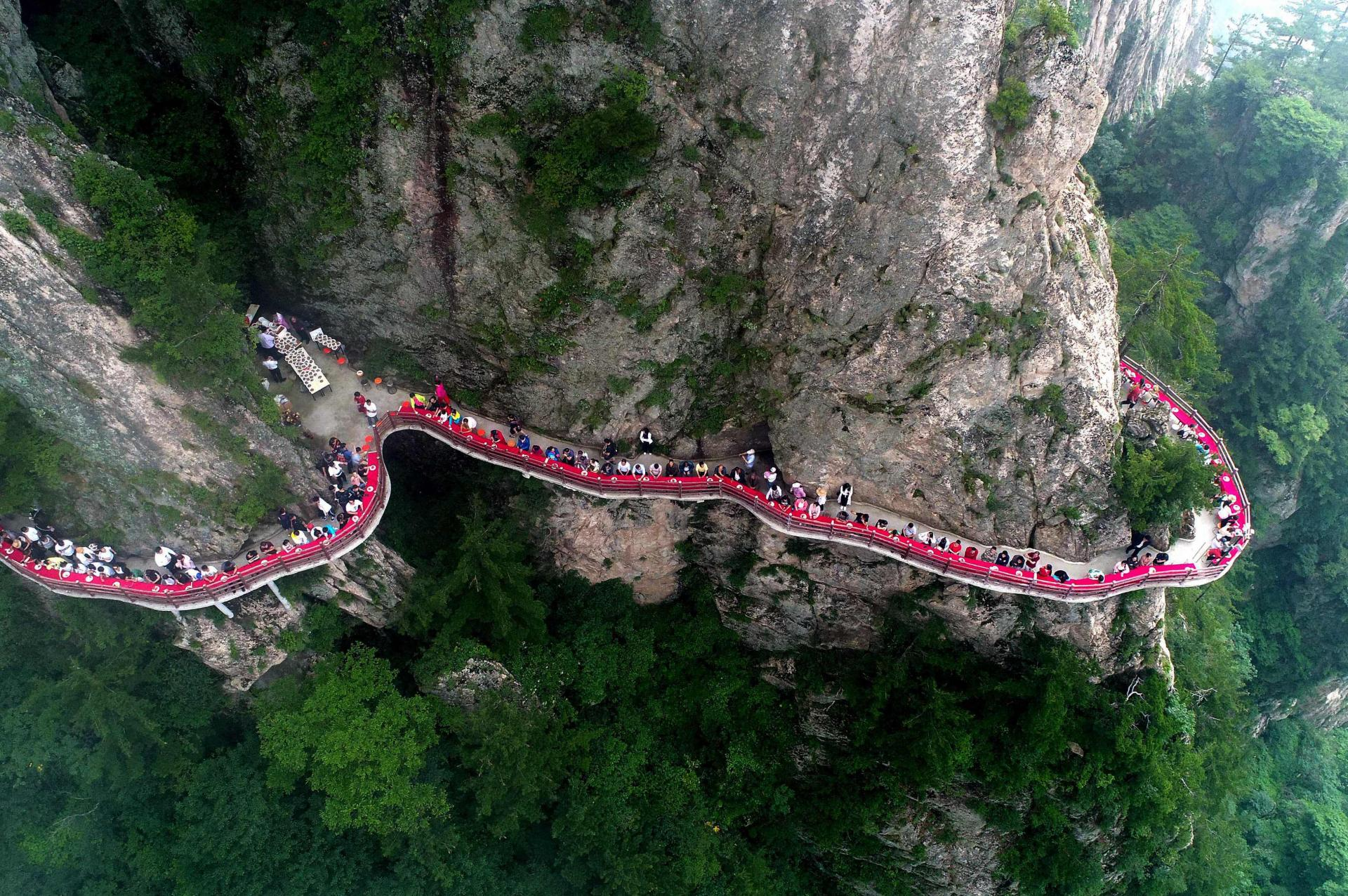 Китайский банкет на высоте 2000 метров для привлечение туристов.