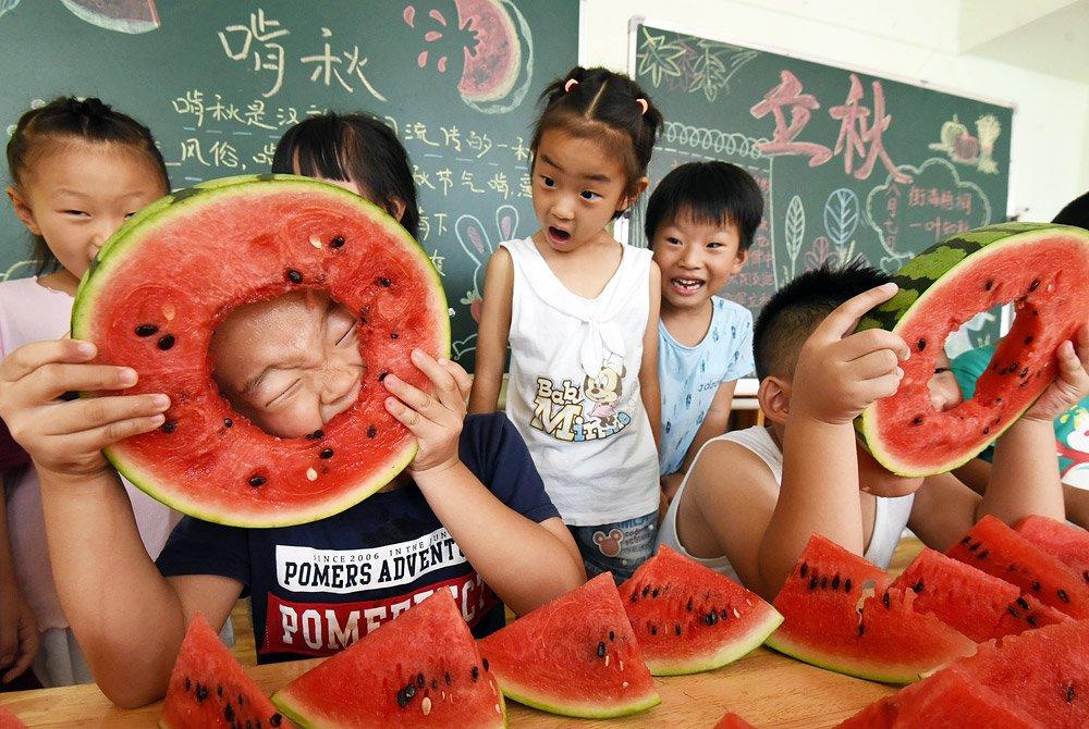 В китайском Ханьдане прошли соревнования по скоростному поеданию арбузов