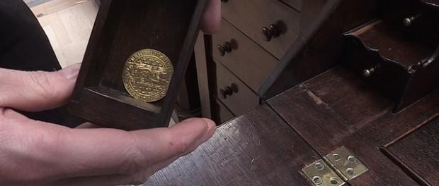 Британка нашла в письменном столе клад