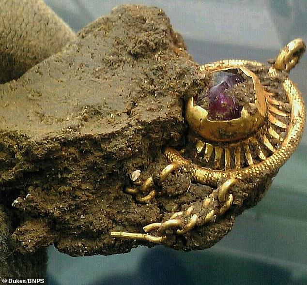 Medieval jewel1
