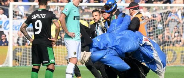 Итальянский парашютист приземлился на поле во время матча между «Сассуоло» и «Интером»
