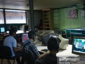 People play video games on computers at a cybercafe in Caracas, Venezuela, on Tuesday, Nov. 28, 2017. Crisis-wracked Venezuelahas become fertile ground for what's known as gold farming.People spend hours a day playing dated online games such asTibia andRuneScapeto acquire virtual gold, game points or special characters that they can sell to other playersfor real money or crypto-currencies such as bitcoin.Photographer: Wil Riera/Bloomberg