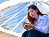 женщина играет на мобильном в интеллект