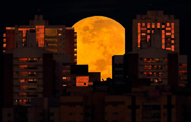 Луна радует нас своим величием