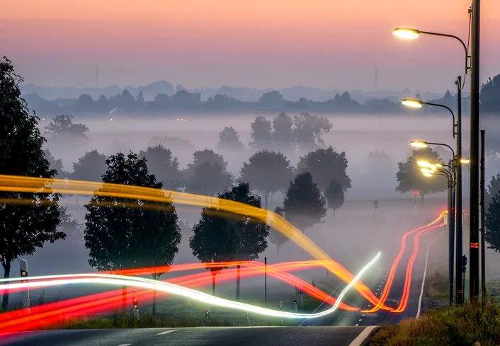 Красота в тумане -- автомобили на трассе под Франкфуртом