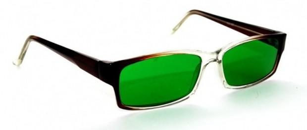 Американские психологи научились лечить мигрень очками