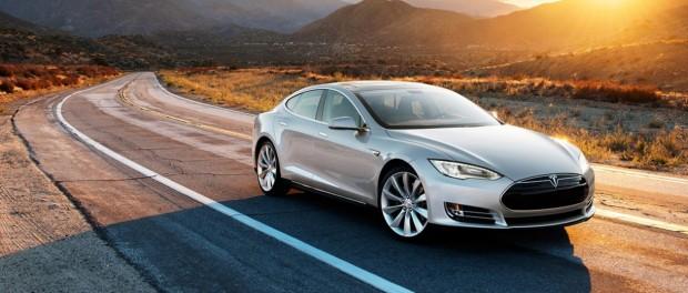 Тесла приучит авто приезжать к владельцу со стоянки