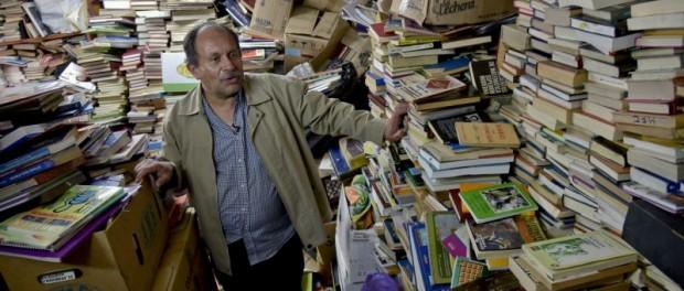 Колумбиец открыл библиотеку со свалки