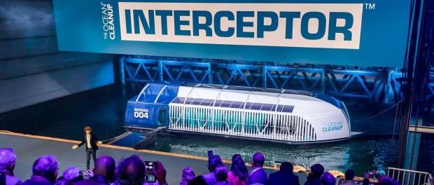 Голландец изобрел лодку, которая собирает из воды пластиковый мусор