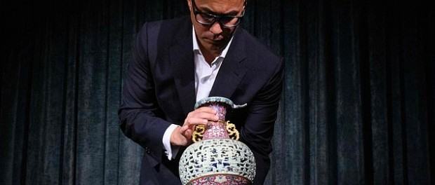 Забытая на полвека в шкафу ваза сделала пенсионерку миллионером